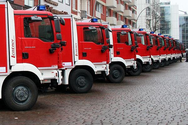Neue Bund-Löschgruppenfahrzeuge bei der Übergabe in Hamburg. Foto: Daniel Bockwoldt