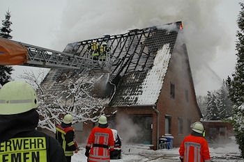 Großbrand in Schwanewede: Die Bewohner wurden einen Tag vor Heiligabend obdachlos. Foto: Polizei