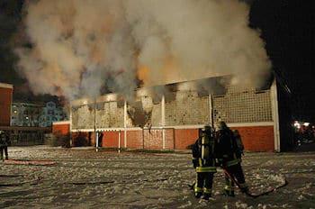 Turnhallenbrand in Frankfurt: In Höchst brannte das Gebäude völlig aus. Foto: Patrick Sitte