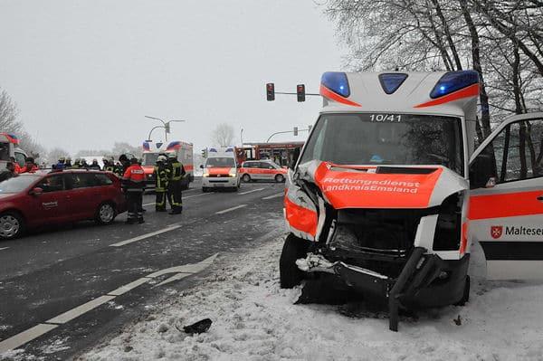 Schwerer Verkehrsunfall mit Rettungswagen in Aschendorf: Das Fahrzeug steht nach der Kollision am Straßenrand. Fotos: Lindwehr