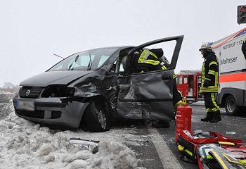 Die Insassen dieses Fiat Idea erlitten schwere Verletzungen, der Fahrer wurde eingeklemmt. Foto: Lindwehr