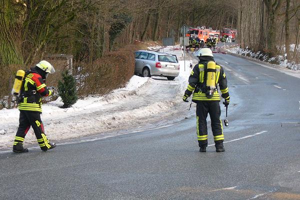 Messung nach Verkehrsunfall: Ein Atemschutztrupp misst den Gasanteil in der bodennahen Luft. Foto: KFV Segeberg