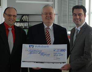 Symbolische Scheckübergabe an die Gustav-Binder-Stiftung (v.l.): Fritz Zimmermann, Dr. Frank Knödler, Christian Pehl. Foto: AWG