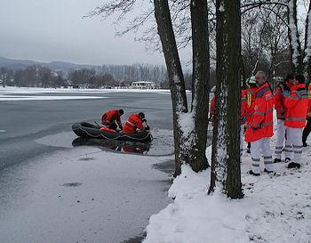 Eisrettung in Hemsbach: Eine Frau kann nur noch tot aus dem Wiesensee geborgen werden. Foto: Feuerwehr Hemsbach