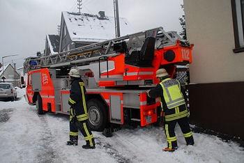 Unfall mit Drehleiter in Siegen: Ein Feuerwehrmann wurde kurzzeitig eingeklemmt und leicht verletzt. Foto: Jörg Büdenbender