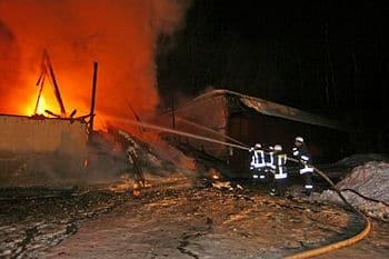 Großfeuer in Oppach: Das Gebäude ist nicht mehr zu retten. Foto: RP