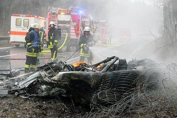 Tödlicher Unfall bei Stockstadt: Im ausgebrannten Wrack dieses Porsche starb eine 16-Jährige. Foto: Ralf Hettler