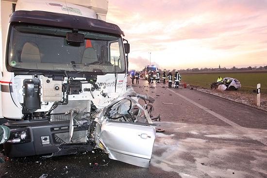 Bei der Frontalkollision zwischen einem Pkw und einem Lkw starb am Dienstagmorgen ein 25-Jähriger. Foto: Dagmar Meyer-Roeger