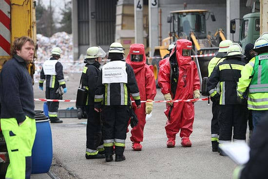 Gefahrguteinsatz in Nürnberg: Wegen der Freisetzung eines bislang unbekannten Reizgases musste in der Duisburger Straße ein Großeinsatz von Feuerwehr und Rettungsdienst gefahren werden. Foto: News5