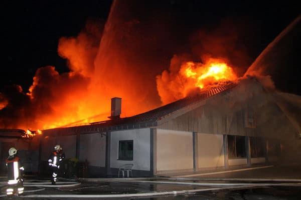 Klassischer Brandfall: Ein Discounter brennt im November 2009 in Kreuth (BY). Die Dachstühle derartiger Gebäude werden überwiegend mit Nagelplattenbindern errichtet, die im Brandfall sehr rasch ihren Halt verlieren und einstürzen. Foto: Georg Jackl