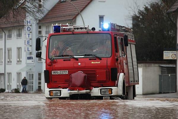 Hochwasser in Backnang: Die Feuerwehr bahnt sich ihren Weg durch die gesperrte Stadt. Foto: Benjamin Beytekin