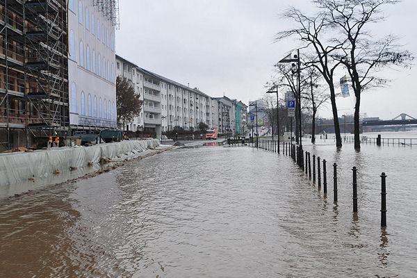 Hochwasser in Frankfurt: Der Main ist über die Ufer getreten, der Pegelstand wird weiter steigen. Foto: Peter Knapp