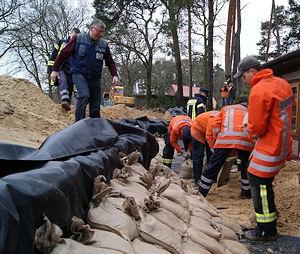 In Bleckede wird ein Notdeich aus Sandsäcken errichtet. Foto: Schmidt/Feuerwehr