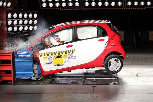 Elektroauto Mitsubishi i-MiEV im Crashtest: Keine Gefahr für Insassen und Rettungskräfte durch den Strom. Foto: ADAC