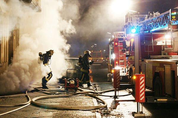Kellerbrand in Dortmund: Ein Trupp verlässt das Gebäude. Foto: Magda