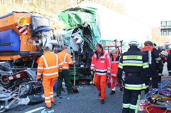 Schwerer Unfall auf der A 3: Ein Lkw war gegen einen Sicherungsanhänger geprallt. Foto: News5