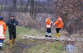 Hochwasser an der Elbe: Die Feuerwehr Radegast führt an einer Sickerstelle Sicherungsarbeiten durch. Foto: Feuerwehr