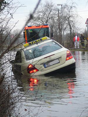 Nichts geht mehr: Weil er trotz Verbot eine gesperrte Straße in Hannover befuhr, landete dieser Taxifahrer im gefluteten Straßengraben. Foto: Feuerwehr Hannover