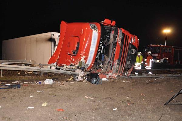 Tödlicher Lkw-Unfall bei Schönighsdorf: Der Fahrer starb in diesem Wrack. Foto: Lindwehr