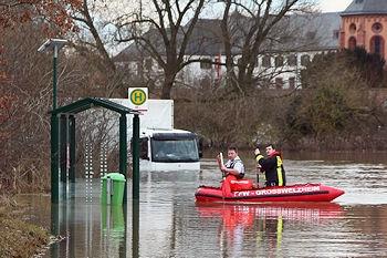 Mit einem Boot setzt die Feuerwehr Großwelzheim zu dem festsitzenden Lkw-Fahrer über. Foto: Ralf Hettler