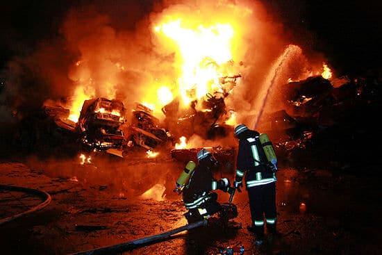 Großfeuer in Essen-Altenessen: Rund 100 gepresste und gestapelte Schrott-Pkw stehen in Flammen. Foto: Feuerwehr Essen