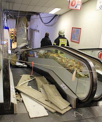 Dacheinsturz in Kirchheim (Kreis Ludwigsburg): Die Unfallstelle wird begutachtet. Foto: Oskar Eyb