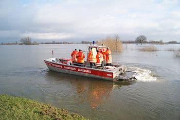 Die Feuerwehr Bleckede im Einsatz mit einem Mehrzweckboot: Eine Schäferei ist komplett eingedeicht und nur noch per Boot erreichbar. Foto: Feuerwehr Bleckede