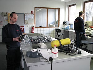 Arbeiten in der Atemschutzwerkstatt der Berufsfeuerwehr Hildesheim. Künftig könnten hier auch junge Kollegen ihren Dienst versehen, die auf einem neuen Weg ausgebildet werden. Foto: Michael Klöpper