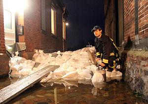Feuerwehrleute wie Dominic Gutsch waren in der Nacht zum Freitag erstmals ununterbrochen aktiv, um gegen die Wassermassen der Elbe in Lauenburg vorzugehen. Foto: Timo Jann