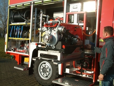 Die Tragkraftspritze ist auf einem pneumatisch absenkbaren Lift gelagert. Foto: Empl