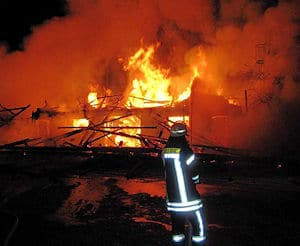 Großbrand in Aulendorf: Das Feuer vernichtete ein über 100 Jahre altes Stallgebäude. Foto: Feuerwehr Aulendorf
