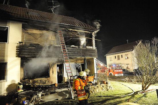 Brand in Eberdingen / Hochdorf (BW): Ein 40-Jähriger hatte den Brand offenbar gelegt und sich anschließend in dem Gebäude erhängt. Foto: Oskar Eyb