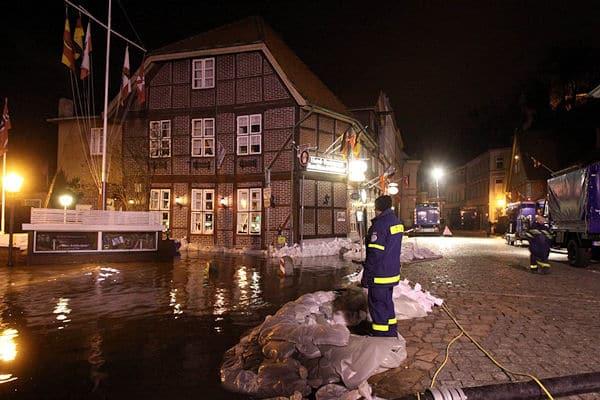 Tag und Nacht sind Feuerwehr und THW wegen des Hochwassers an der Elbe in Lauenburg im Einsatz. Foto: Timo Jann