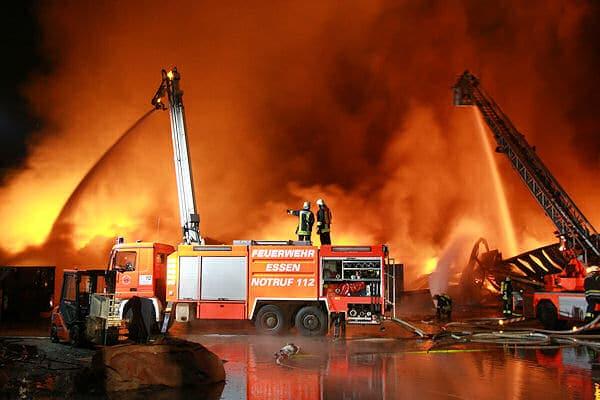 Großbrand in Essen: Eine Recycling-Halle brennt vollständ nieder, mehrere Drehleitern kommen zum Einsatz. Foto: Feuerwehr