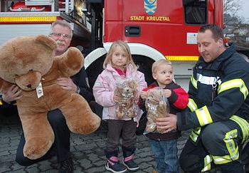 Michael Kay (rechts) spendet jetzt 30 Trostspender für Kinder an die Feuerwehr Kreuztal, weitere 70 gehen an Rettungsdienst und Polizei. Foto: Jörg Büdenbender