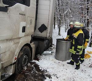Die Feuerwehr pumpt Diesel aus dem Lkw-Tank. Foto: Feuerwehr Lennestadt