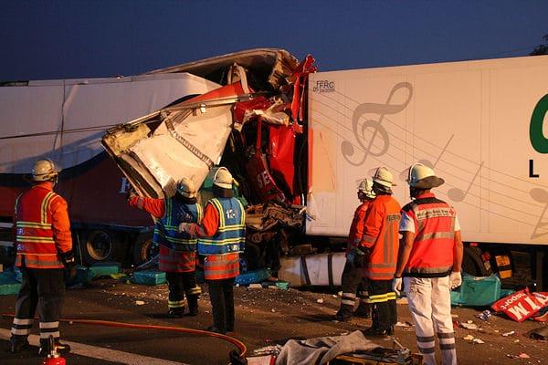 """Die Sendreihe """"Unfallakte"""" analysiert diesen Unfall auf der A 2 bei Garbsen. Foto: Feuerwehr/VOX"""