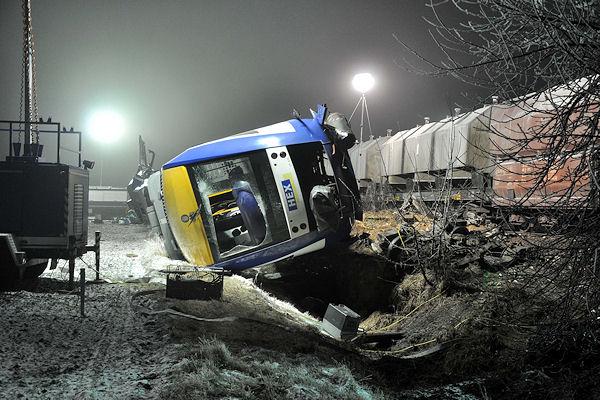 Zugunglück bei Hordorf: Der Triebwagen liegt entgleist auf der Seite. Foto: Arne Mundt