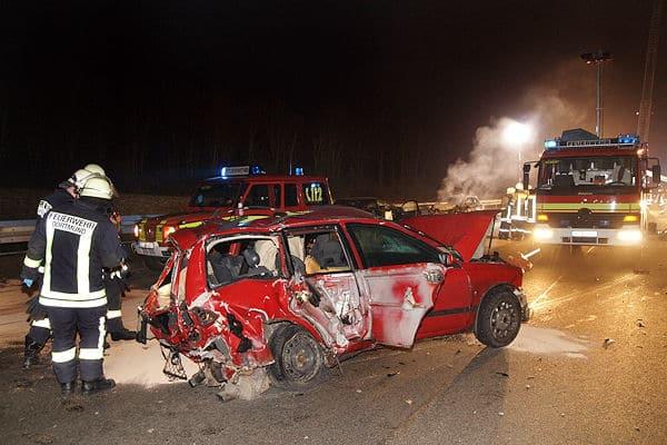 Mitarbeiter der Feuerwehr Dortmund begutachten nach dem Unfall auf der A 2 das Unfallfahrzeug. Foto: Magda