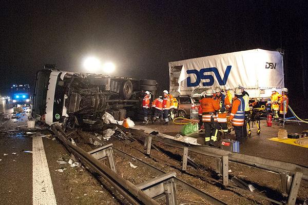 Unfall auf der B 313 bei Wernau: Ein Autofahrer erlitt lebensgefährliche Verletzungen, als er einen umgestürzten Lkw rammte. Foto: Oskar Eyb