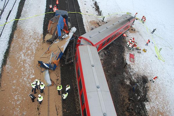 Nach dem Zugunglück bei Braunschweig: Der Nahverkehrszug ist teilweise entgleist, die Ladung des Lkw liegt auf dem Gleisbett. Foto: VOX