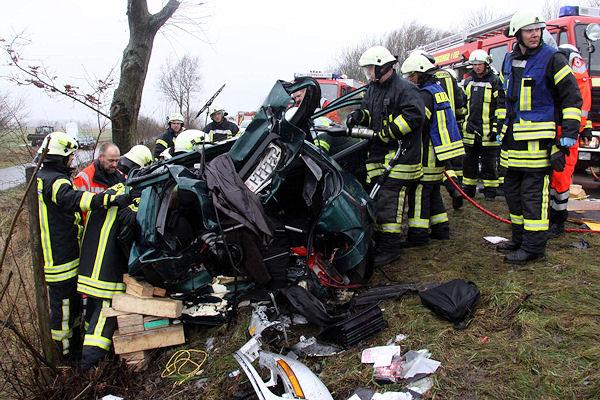 Aus diesem völlig zerstörten Ford Mondeo befreit die Feuerwehr zwei eingeklemmte Insassen. Foto: Timo Jann