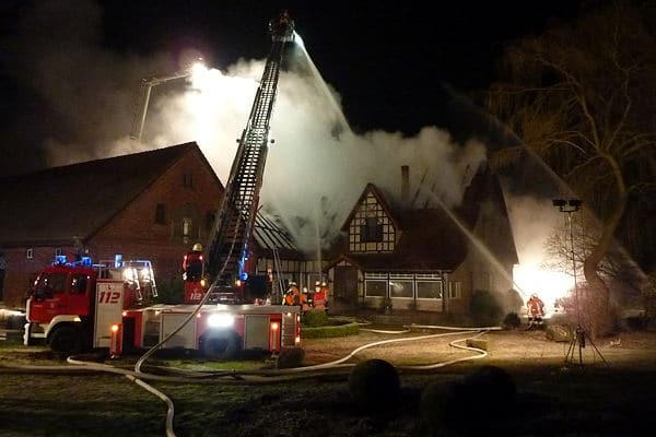 Großbrand in Hagen: 175 Kräfte kommen bei dem Großfeuer zum Einsatz. Foto: Rahe/Feuerwehr