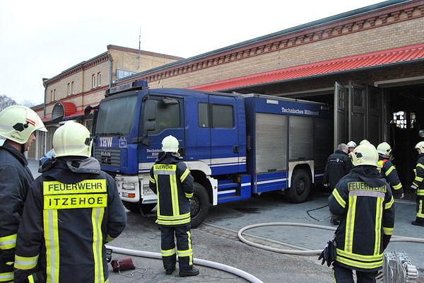 Eines der beschädigten THW-Fahrzeuge ist aus der Halle gefahren worden. Foto: Feuerwehr