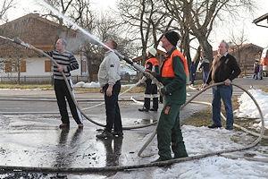 Nicht nur Feuerwehrleute löschten bei dem Großbrand, auch Bürger griffen zu den Schläuchen. Foto: fib/HL