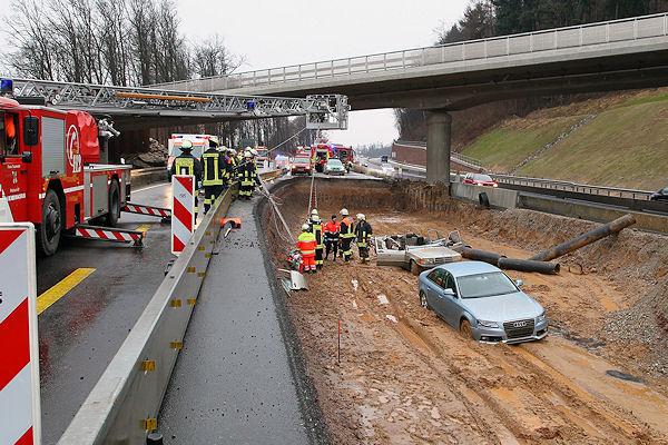 Nach zwei Unfällen in einem Baustellenbereich der A 3, rettet die Feuerwehr eine schwer verletzte Frau per Drehleiter aus einer Grube. Foto: Ralf Hettler
