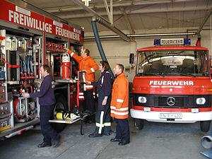 Frisch vom ersten Einsatz des Tages zurück überprüfen die ehrenamtlichen Einsatzkräfte der Überlinger Feuerwehr ihr Fahrzeug auf Vollständigkeit. Foto: Gorber/Feuerwehr