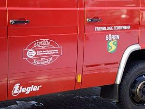 Für jeden sichtbar: Das Siegel des Steuerzahlerbundes klebt auf dem Löschfahrzeug. Foto: Bund der Steuerzahler