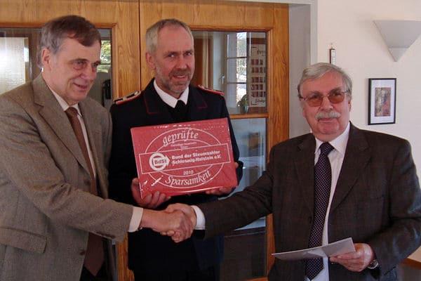 Dr. Hartmut Borchert, BdS (r.) Bürgermeister Manfred Christiansen, Wehrführervertreter Volker Trieglaff. Foto: Bund der Steuerzahler