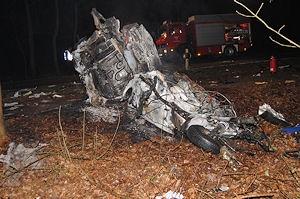 Ausgebranntes Autowrack nach einem Unfall auf der B 74. Foto: Polizei